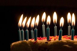 256px-Blue_candles_on_birthday_cake